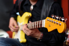 Gitarrist med den elektriska gitarren för gul stänkskärm Royaltyfri Fotografi