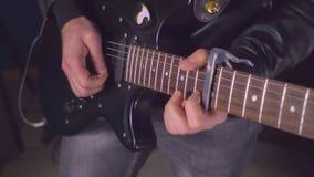 Gitarrist med det svarta musikinstrumentet på konserten eller försök-ouen royaltyfria bilder