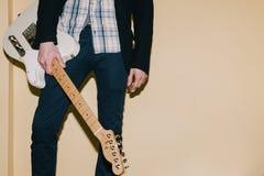 Gitarrist med gitarrcloseupen med fritt utrymme fotografering för bildbyråer