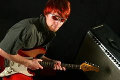 Gitarrist med hans gitarr arkivfoton