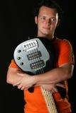 Gitarrist med hans gitarr royaltyfria bilder