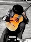 Gitarrist mit schwarzem Hut stockfotos