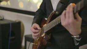 Gitarrist och basgitarrist i spela för musikband lager videofilmer