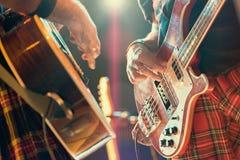 Gitarrist- och basistpopmusiker under en gruppkapacitet fotografering för bildbyråer