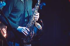 Gitarrist- och saxofonistduett i konserten fotografering för bildbyråer