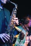 Gitarrist- och saxofonistduett i konserten arkivbild
