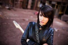 Gitarrist på övergiven byggnad Royaltyfri Fotografi