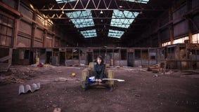 Gitarrist på övergiven byggnad arkivfoto