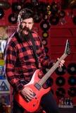Gitarrist på att ropa framsidan som spelar den elektriska gitarren på etapp royaltyfria foton