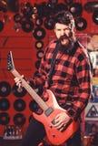Gitarrist på att ropa framsidan som spelar den elektriska gitarren på etapp royaltyfria bilder