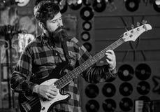 Gitarrist på den lugna framsidan som spelar den elektriska gitarren på etapp arkivbilder