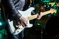 Gitarrist på en konsert med en gitarr royaltyfria bilder