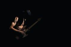 Gitarrist på en svart bakgrund Royaltyfri Foto