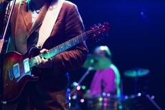 Gitarrist på etapp arkivfoto