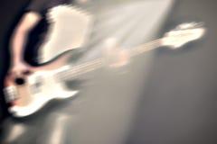 Gitarrist på etapp i en strålkastare royaltyfria foton