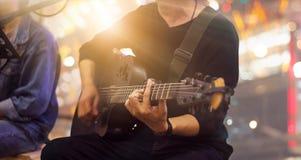 Gitarrist på etapp och sångare i en konsert för bakgrund royaltyfri bild