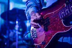 Gitarrist på etapp under konsert Arkivfoton