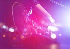 Gitarrist på etappen för bakgrund, mjuk fokus fotografering för bildbyråer