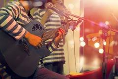 Gitarrist på etappen för bakgrund, mjukt och suddighet arkivfoto