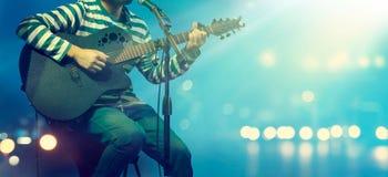 Gitarrist på etappen för bakgrund, mjukt och suddighet royaltyfri foto