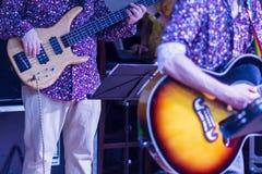 Gitarrist på etappen för mjuk och suddighetsbegrepp för bakgrund, royaltyfria bilder