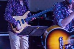 Gitarrist på etappen för mjuk och suddighetsbegrepp för bakgrund, arkivbild