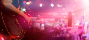 Gitarrist på etappen för mjuk och suddighetsbegrepp för bakgrund, arkivfoton
