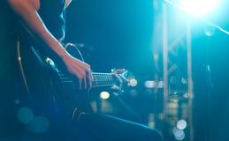 Gitarrist på etappen för mjuk och suddighetsbegrepp för bakgrund, royaltyfri fotografi