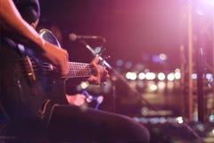 Gitarrist på etappen för mjuk och suddighetsbegrepp för bakgrund, arkivfoto