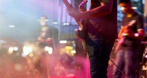 Gitarrist på etappen för mjuk och suddighetsbegrepp för bakgrund, royaltyfri bild