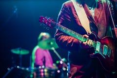 gitarrist på etappen - sommarmusikfestival royaltyfria foton