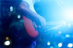 Gitarrist på för etappgrunge mjuk och för suddighet begrepp för bakgrund, royaltyfri fotografi