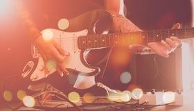 Gitarrist på konserten arkivfoto