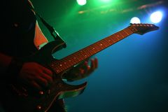 Gitarrist på konserten fotografering för bildbyråer