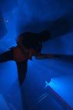 Gitarrist på konserten arkivbild