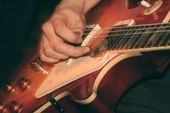 Gitarrist på konserten royaltyfri foto