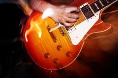 Gitarrist på konserten royaltyfri bild