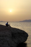 Gitarrist på soluppgång på stranden royaltyfria bilder