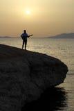 Gitarrist på soluppgång på stranden royaltyfri fotografi