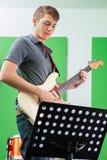 Gitarrist Performing While Looking på musikalen arkivfoto