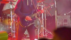 Gitarrist Playing auf dem Stadium an einem Rockkonzert stock footage