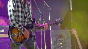 Gitarrist Playing auf dem Stadium an einem Rockkonzert stock video footage