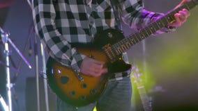 Gitarrist Playing auf dem Stadium an einem Rockkonzert stock video