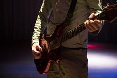 Gitarrist Plays man spela för gitarr fotografering för bildbyråer