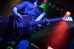 Gitarrist som leker på den elektriska gitarren royaltyfri fotografi