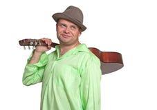 Gitarrist som rymmer en gitarr på hans skuldra royaltyfri fotografi