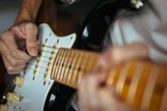 Gitarrist som spelar den elektriska gitarren arkivfoto