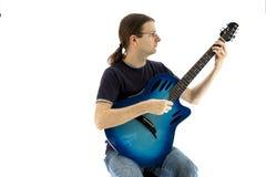 Gitarrist som spelar en electroacoustic gitarr, främre sikt arkivbilder