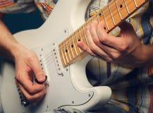 Gitarrist som spelar en elektrisk gitarr arkivbild
