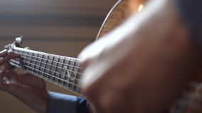 Gitarrist som spelar en gitarr - closeupsikt stock video